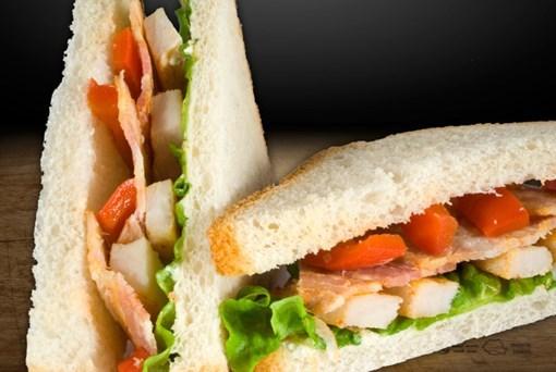 Imagine Toast cu Pui si Crispy Bacon